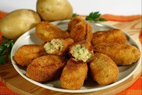Le crocchette di patate al forno sono una variante light delle tipiche crocchette di patate fritte, che vengono cotte in forno anzichè fritte