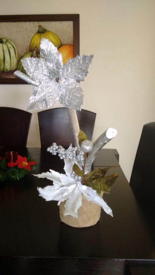 Adorno plateado con base en costal y ramas plata. #navidad  #colombia