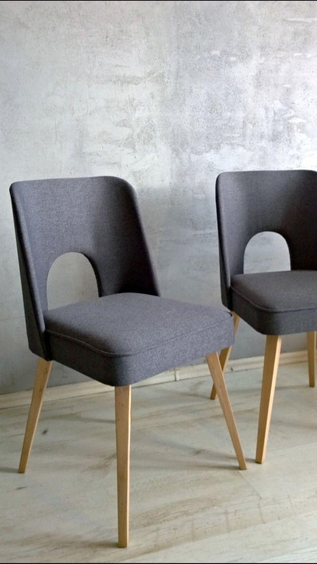 Piękne grafitowe krzesło z Bydgoskich Fabryk Mebli o miękkich liniach i ciekawym kształcie. Odnowione ręcznie - zarówno rama, jak i obicie i wypełnienie. Nogi z surowego drewna. Możliwy wybór...