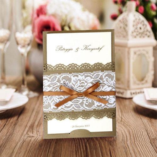 A meghívó kiváló minőségű dekoratív fémes felületű bézs papírból készül.A meghívót csipke hatású lézer vágott minta , fehér csipke és szatén masni díszíti. A betétlap fémes felületű sötét ekrü kívül, belül matt ekrü.  Minimális rendelési mennyiség: 10 db  Boríték: az ár tartalmazza!