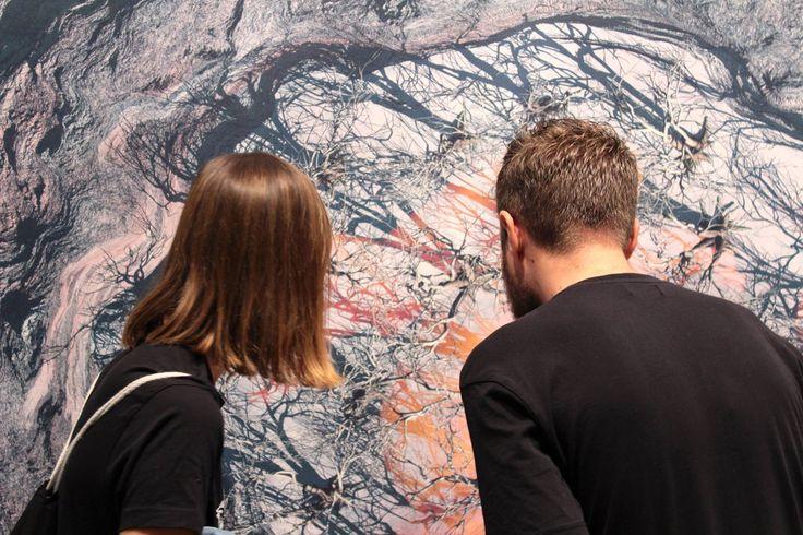 """#IdentidadYVestigio #MarinaNúñez """"... la obra titulada El Volcán [...]. Inspirada en fotografías aéreas y por satélite de Pompeya, El Volcán representa una carta geográfica. En la imagen, tres mujeres se nos muestran etéreas, como recuerdos de lo que fueron, sobre los restos de la erupción del volcán. Una de ellas es definida por un paisaje calcinado..."""". Foto: Antonio Fernández Morillas."""