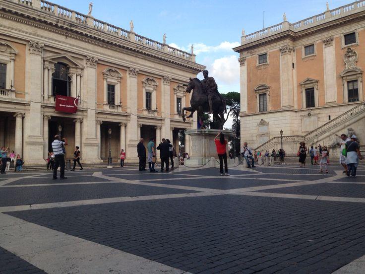 Dinsdag 6 oktober Dit is het pleintje bij het Capitolijnse museum. Midden op het plein staat een standbeeld van een ruiter met zijn paard. Deze ruiter is de Romeinse keizer Marcus Aurelius hij was keizer van 161 tot 180. Dit standbeeld is een replica van het orgineel. Het heeft niet altijd op de plaats gestaan waar het nu staat, waar het eerst gestaan heeft weten ze niet.