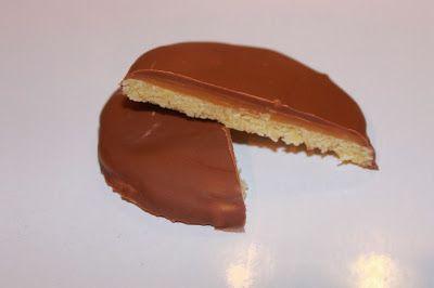 Når jeg var ute og fløy som liten jente fikk vi alltid noen kjeks med karamell og sjokolade, som smakte så utrolig godt! Så jeg tenkte jeg ...