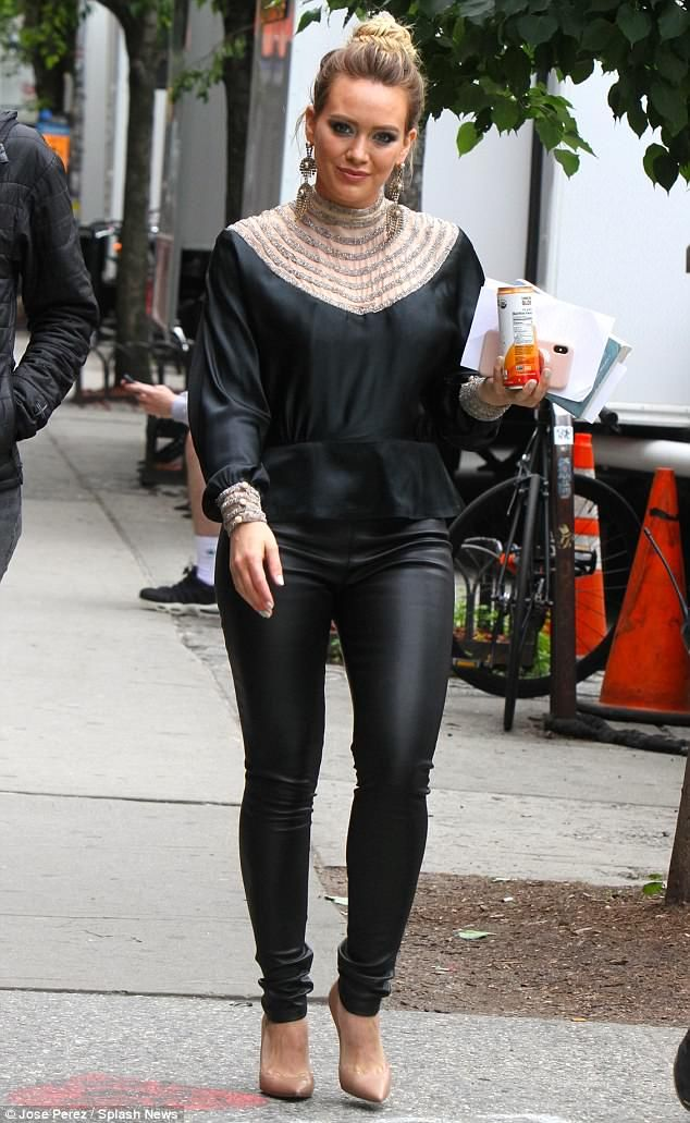 54a8192b231a63 Hilary Duff displays her desirable curves in leather pants   Хилари дафф   Hilary  duff style, Hilary duff, The duff