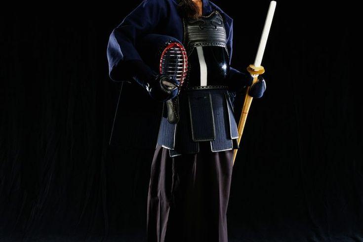 Cómo ponerse unos pantalones Hakama. Los hakama, un prenda con pliegues que se amarra a la cintura, es una pieza importante en los vestidos japoneses tradicionales tanto para hombre como para mujer. Aunque en el pasado eran ropa de uso diario, hoy en día los hakamas se usan como atuendos formales ...