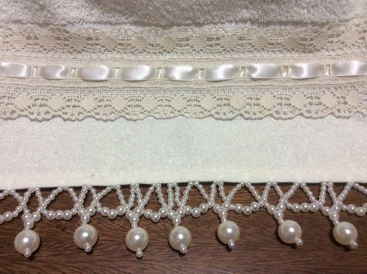 Toalha de lavabo na cor palha com bordados em pedrarias e acabamentos em renda. Medida 30x45cm.