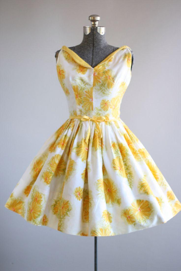 Deze Saba Jrs-katoenen jurk functies een geel en oranje bloemen afdrukken boven op een witte achtergrond. Mouwloos. De hals lichtjes over plooien. Gesmoord taille. Gele trim aan de taille met decoratieve strik. Volledige rok. Metalen rits omhoog achterkant jurk. Zeer goede vintage staat. Let op: een van de uiteinden van de voorste boog is onbehandeld, nauwelijks merkbaar. Dit is ook een zeer klein gebied op de rok waar zich de geringste rode tint op de witte achtergrond, weer nauwelijks…
