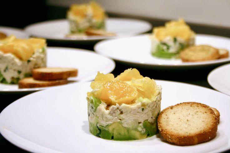 Kip tartaar met avocado en sinaasappel, een van de lekkerste voorgerechten met kip. Want wie lust dit niet? Een makkelijk, gezond en licht voorgerecht.