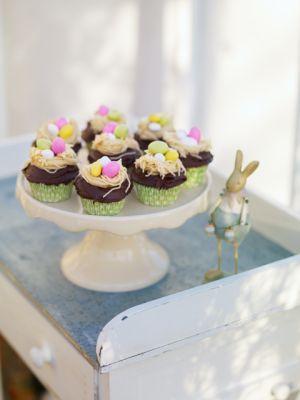 Leilas tips! De här nötiga och saftiga kakorna brukar jag baka till varje påsk! Det lilla fågelboet på toppen av kakan gör jag genom att pressa lite mande...