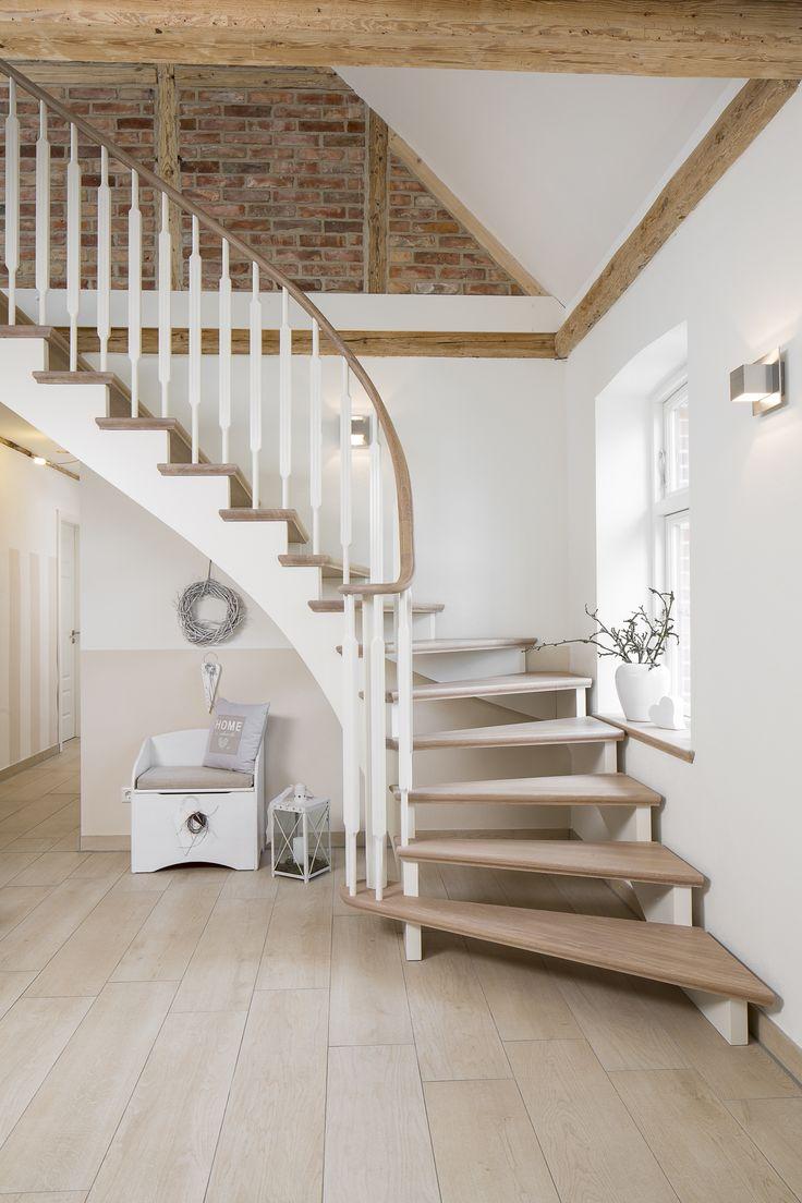 Escadas longitudinais feitas no norte da Alemanha. – Staircase Voß   – Treppe