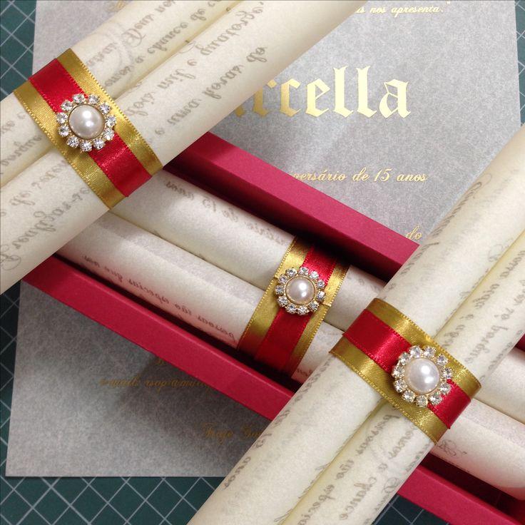 Mais uma produção incrível. Convites super personalizados, formato de pergaminho, no papel manteiga com fecho vermelho e pedraria.