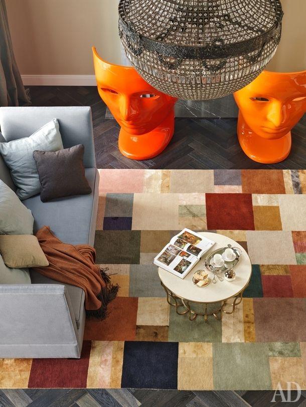 Вид на гостиную сбалкона второго этажа. Красные пластиковые кресла по дизайну Фабио Новембре, Driade; диваны, Marie's Corner; журнальный столик, Baxter; ковер, TheRugCompany.