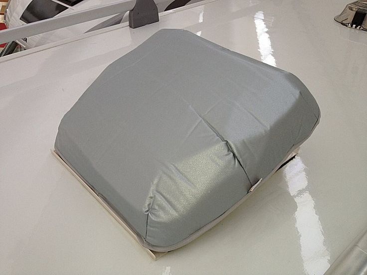 Accessorio camper composto da due tessuti con uno strato interno coibentante di 7 mm, per oblo' tetto.