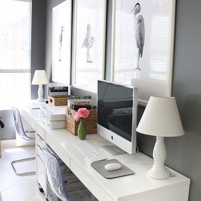 Estoy planificando renovar mi oficina en casa  para que quede mucho más simple y depurada. Ya partí por ordenarla y sacar de ahí un montón de cosas que ya no ocupaba, entre ellas varias cajas con accesorios y cuadros, además de cambiar el piso. Ahora quiero eliminar el muro galería, cambiar el color, la iluminación y los muebles. Me gustó como referencia esta oficina de @housemixblog