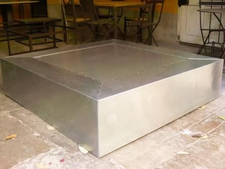 Mesa de salón  de centro cúbica de recubierta de planchas de  zinc.<br/>Se fabrica a medida y con diferentes acabados de zinc.
