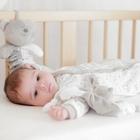 On craque sur ce joli coeur dans notre pyjama naissance en velours blanc étoilé