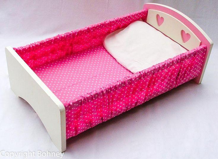 Apenas R$159,90. Uma cama de boneca cheia de graça, muito macia e charmosa, para ninar sua boneca É produzida em madeira tratada e revestida na cor branca, com detalhes em rosa, com colchão e travesseiro de espuma forrada e macia em tecido de estampa muito delicada, para combinar com o quarto de seu bebezinho. As meninas vão amar. Imagens ilustrativas, produto sujeito a pequenas variações. A estampa do tecido em rosa pode sofrer pequena mudança de padrão.