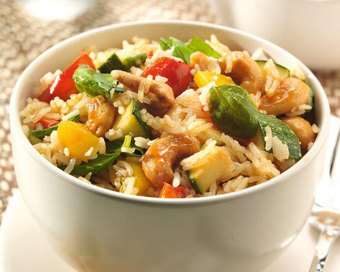 Basmati rijst gerecht met courgette, paprika en noten recept