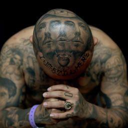 De meest getatoeëerde man van Groot-Brittannië heeft duizenden euro's aan lasersessies uitgegeven om zijn huid vrij te maken voor nieuwe tatoeages.  De 34-jarige Matthew Whelan uit het Britse Birmingham zit volledig onder de tatoeages en heeft zijn eerste tattoo laten zetten op 16-jarige leeftijd. Whelan, die zelfs een tatoeage op een van zijn oogbollen heeft, vindt een aantal van zijn tatoeages niet meer van deze tijd en heeft het gevoel dat hij zich verder moet ontwikkelen.
