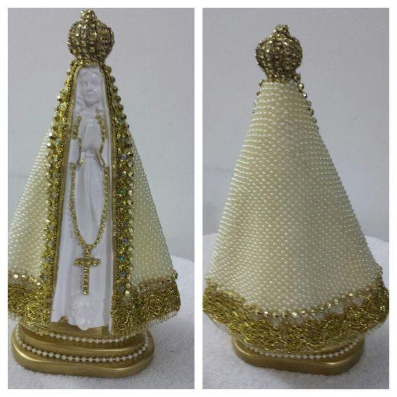Nossa Senhora Aparecida, em gesso e manto revestido manualmente em pérolas, com 30 cm de altura. R$ 140,00