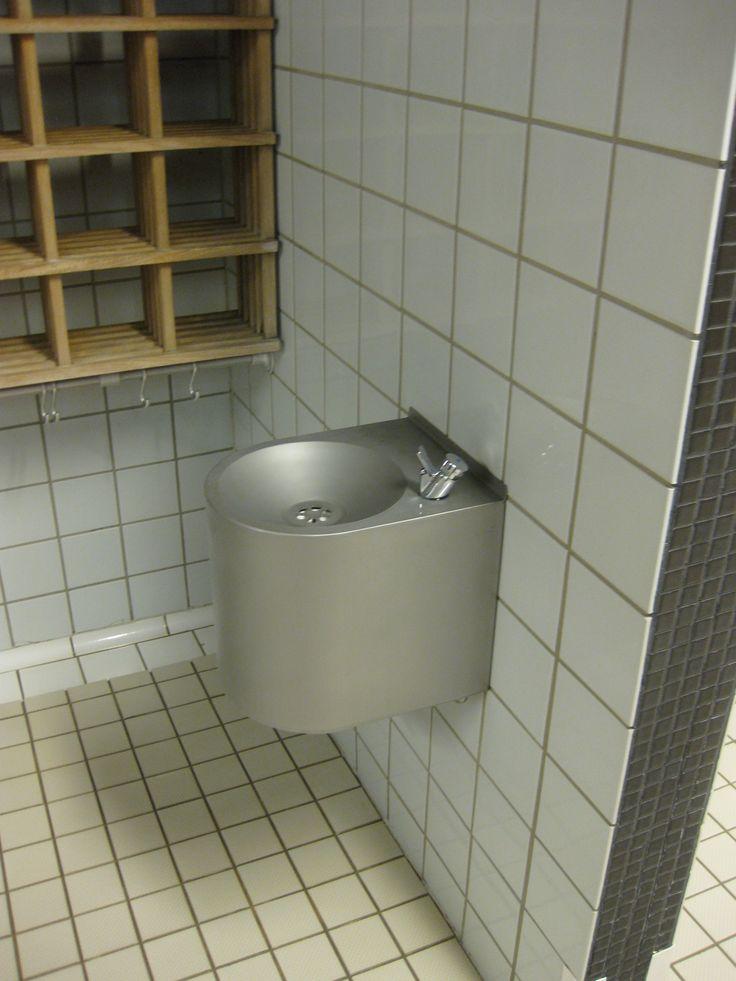 Itäkeskuksesen uimahalli Helsingissä. AISI316 juomapoika DELABIE hanalla.