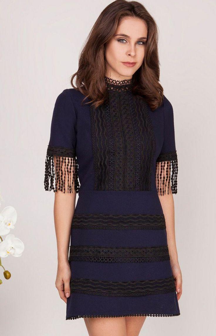 Milu by Milena Płatek MP440 sukienka granatowa Nietuzinkowa sukienka, dostępna w trzech wersjach kolorystycznych, przód ozdobiony przepiękną ażurową wstawką