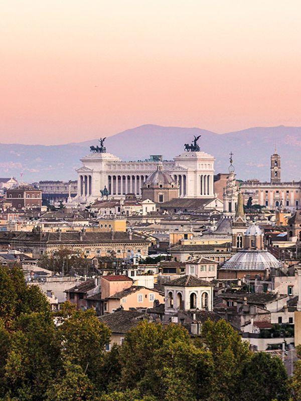 Tipp 5: Städtereise Rom: Die ewige Stadt – Unübertroffen in ihrer Vielfalt. Der Abend senkt sich in zarten Farben über die Stadt. Der Blick schweift von der Engelsburg über den einstigen Campus Martius, mit der Pantheon-Kuppel, dem Vittoriano und dem Kapitol (v.l.n.r.). Dahinter die sanften Hügel der Albaner Berge. #italy #italien #rome #rom #städtereise #citytrip #herbstreisen