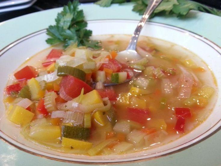 Van de verse groente oogst uit jouw eigen moestuin maak je deze zomerse groentesoep. Heerlijk pure smaken en een kleurrijk bordje op tafel.