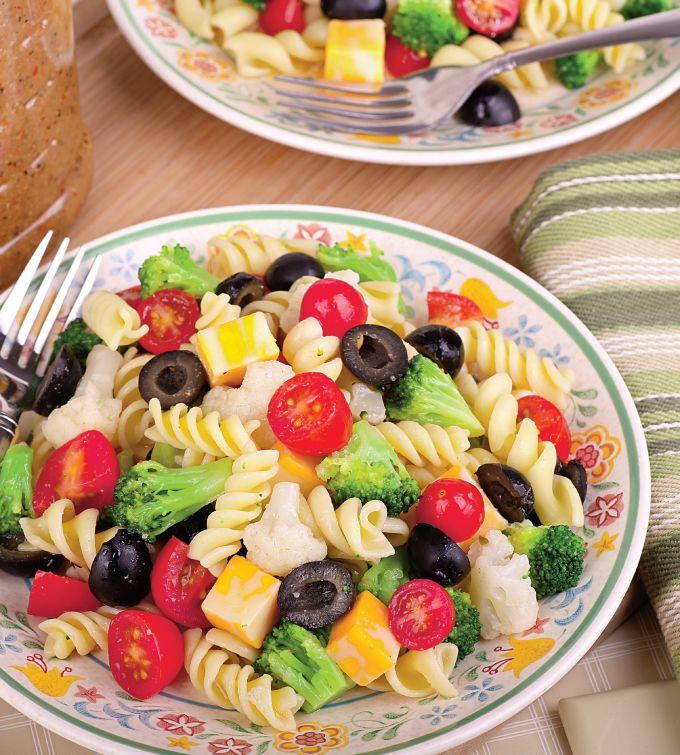 Cu reteta de salata de paste cu legume, in mai putin de 30 de minute ai o masa satioasa si sanatoasa.