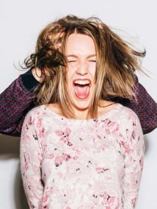 Strohige Haare: 7 effektive Tipps für Glanz & Geschmeidigkeit ✓ Ursachen ✓ Die besten Hausmittel ✓ Strohigen Haaren vorbeugen ✓ – Alle Infos jetzt hier »