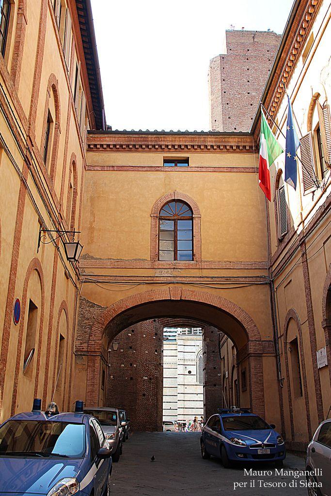 """Via del Castoro è la via che unisce Via di Città a Piazza Jacopo della Quercia, attraverso le strutture del Facciatone. Quanto al nome si può verosimilmente ricondurre alla storpiatura del vocabolo medioevale """"cassero"""" (castello) ... continua alla pagina http://iltesorodisiena.tumblr.com/post/97061867512/via-del-castoro-e-la-via-che-unisce-via-di-citta"""