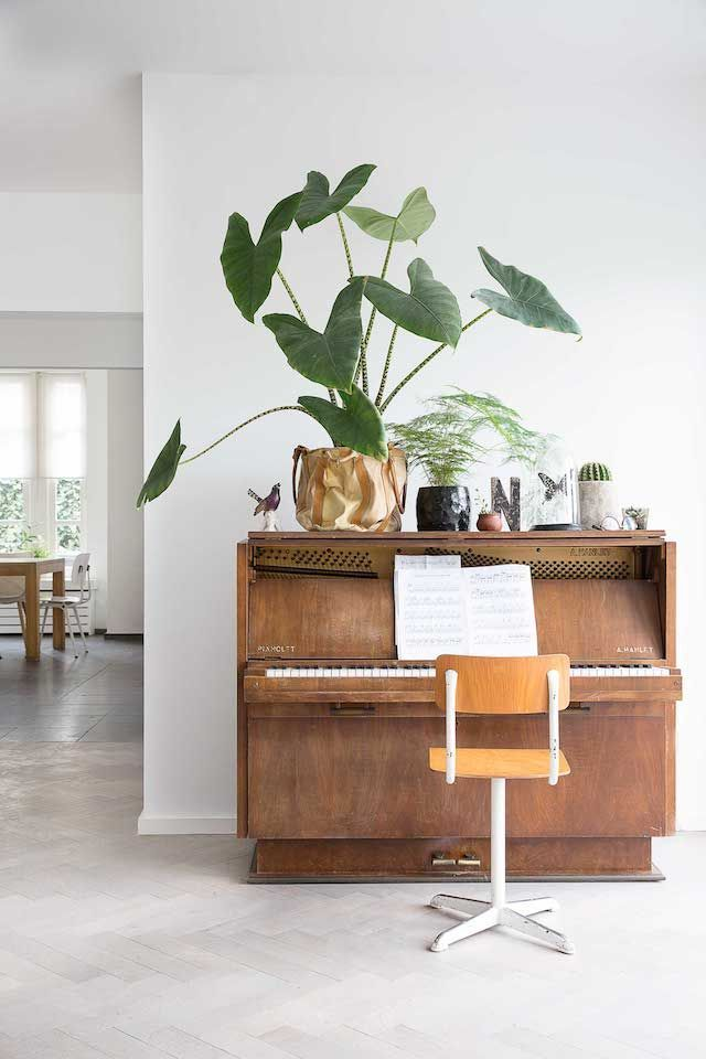 I love rooms that feature musical instruments, and more particularly, pianos. Here are 13 rooms featuring a piano.