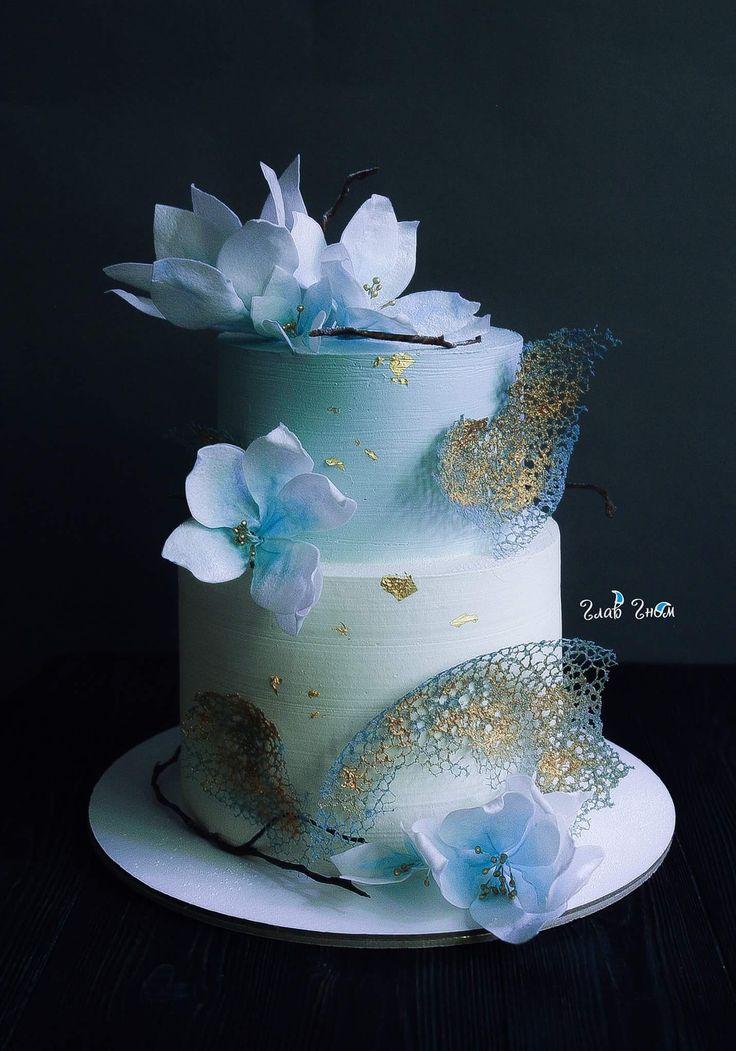 Свадебный торт в бело-голубой гамме. Шоколадный бисквит с черничным кремом и голубикой. Снаружи покрыт крем-чизом и украшен вафельными цветами.  Автор instagram.com/glavgnom
