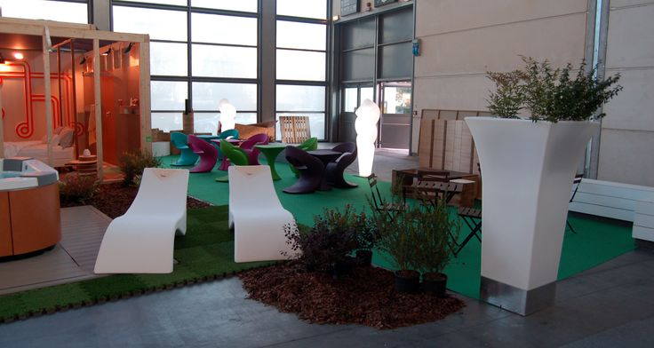 SUN. I love my wellness. Chaise longue Surf, Tosca chairs, tables Minù, Bluebell planter, Dafne lamps