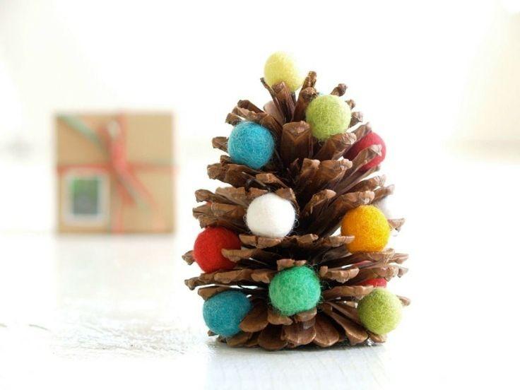 Weihnachtsdeko selber basteln – Einen Tannenzapfen mit bunten Kugeln verzieren