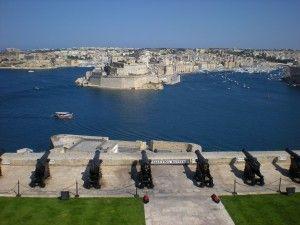 Chaque jour, le canon tonne depuis les jardins d'Upper Barrakka pour annoncer midi aux Valettins. #LaValette #Malte