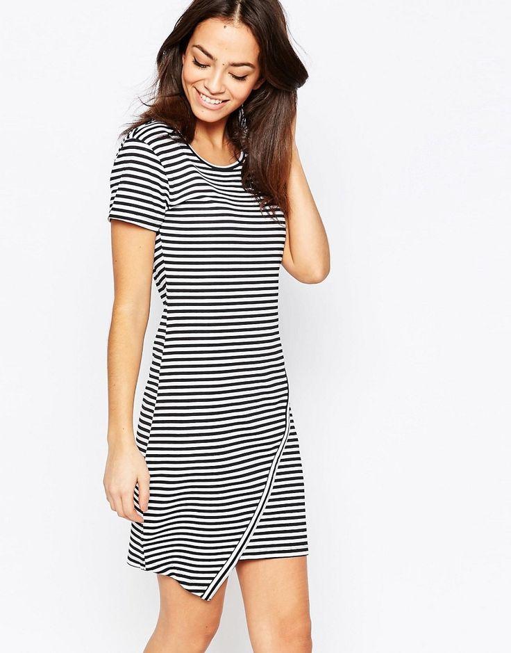 Gestreiftes Kleid mit asymmetrischem Saum