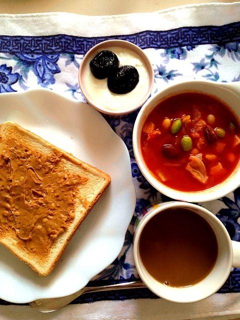 キャベツ、4種の豆、ベーコンをオリーブオイルで炒め、ホールトマトベースのスープにしました。 他はピーナッツバタートースト、ヨーグルトとプルーン、レギュラーコーヒー   ご馳走様でしたm(_ _)m - 13件のもぐもぐ - 豆豆トマトスープ朝ご飯 by まみぃ