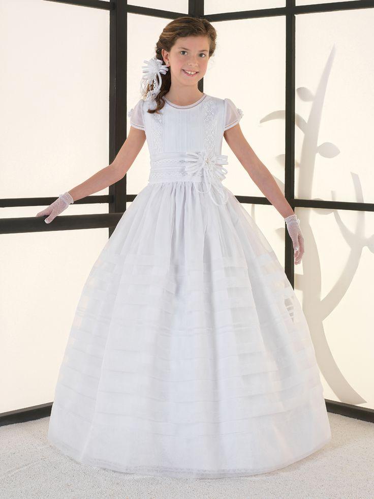 Mod. 5200 Precioso vestido en organza con jaretas en la falda y cuerpo con encajes en vertical en color blanco mate. Precio 470€ con el dto. del 20% llévatelo por 375€!!! (antes del 31 de diciebre)
