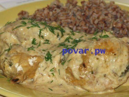 Курица в мультиварке в сметанном соусе  Ингредиенты:  ●курица – 1 шт. (1,2-1,5 кг); ●лук – 2-3 луковицы; ●сметана – 200 г (10-15% жирности); ●соль; ●набор специй для курицы; ●укроп, лавровый лист; ●масло подсолнечное – 3-4 ст. ложки.  Приготовление:  Куриную тушку моем в проточной воде и разрезаем на правильные порционные кусочки. Если у вас не целая курица, а куриные бедрышки, филе или крылья – без разницы, вполне подойдут для нашего блюда.  Включаем мультиварку в режим «Выпечка» («Жарка»)…