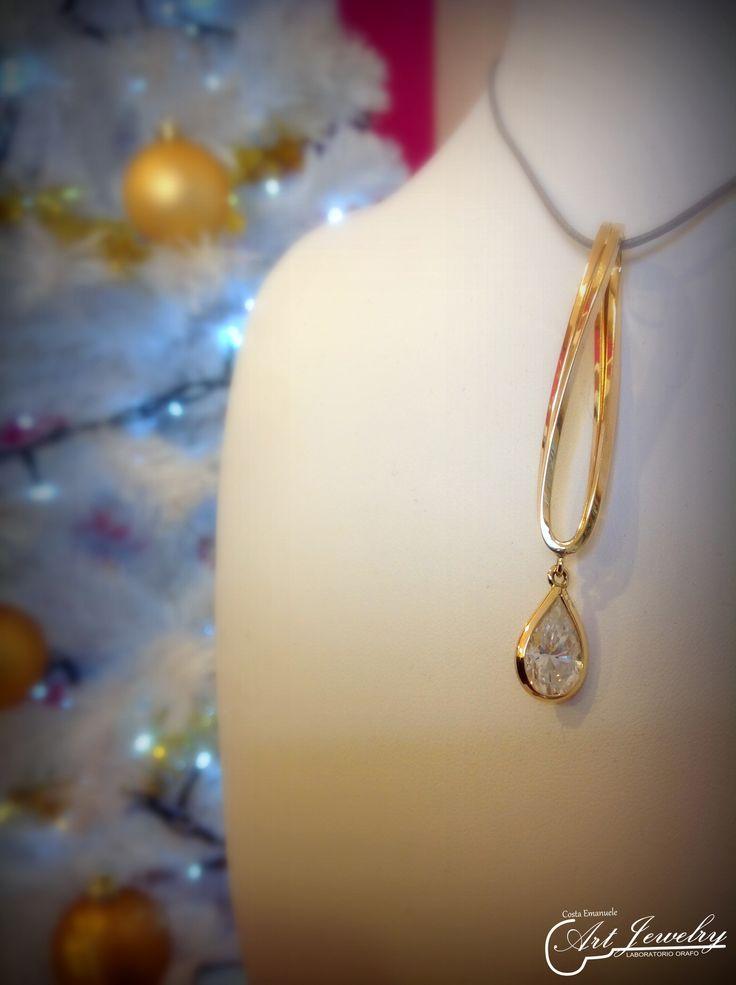 Rielaborazione di un gioiello. #jewels #pendant #drop #gold #artjewelry  https://www.instagram.com/costaemanuele_artjewelry/ https://www.facebook.com/gioiellicosta/  Photo: Noemi Barolo
