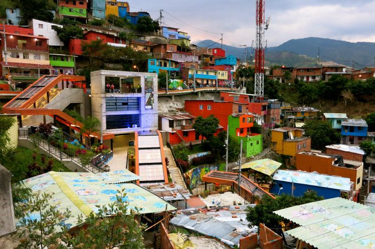 Las escaleras electricas in Comuna 13 are part of an Inclusion project meant to integrate the neighborhoods in the hills with Medellin's dynamics. This way they have cheaper access to schools, hospitals, theaters, commerce, etc... #Innovation #development #inclusion #welovemedellín #Medellín #comuna13 #colourful #travelandmakeadifference