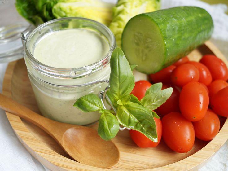 Sauce green goddess. Cette sauce est absolument délicieuse avec toutes les salades, des plus élaborées au plus simples. Elle est aussi géniale en dip pour vos plateaux de crudités. Oui, c'est le printemps !. La recette par Miam Miam & Yum.