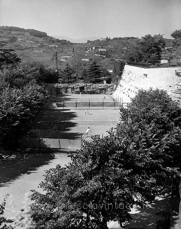 Campi da tennis in Castello http://www.bresciavintage.it/brescia-antica/foto-d-autore/campi-tennis-in-castello/