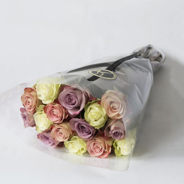 Gavepakkede roser - pastell fra Interflora. Om denne nettbutikken: http://nettbutikknytt.no/interflora-no/