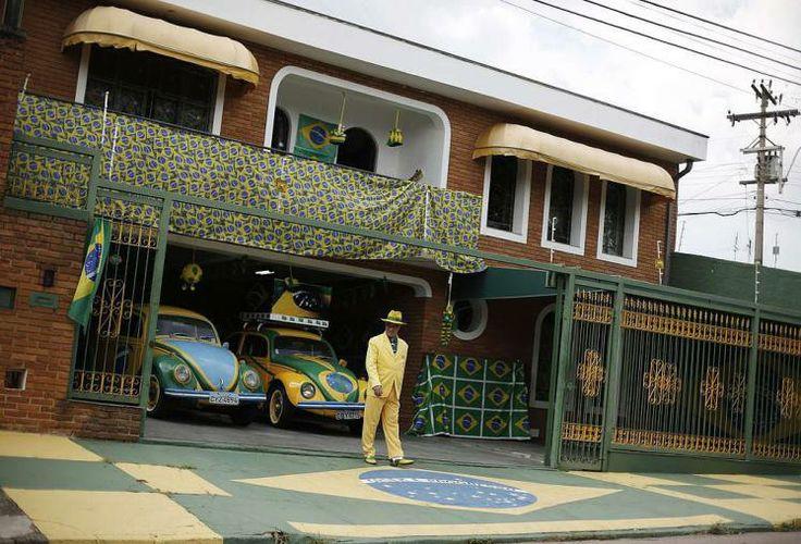 Patriotisch: Das ist wahrer Patriotismus: Der Brasilianer Nelson Paviotti hat sein Haus und seine zwei alten Beetles ganz in Grün, Gelb und Blau - den Farben der brasilianischen Flagge - dekoriert. Mehr Bilder des Tages auf: http://www.nachrichten.at/nachrichten/bilder_des_tages/cme10133,1037550 (Bild: Reuters)