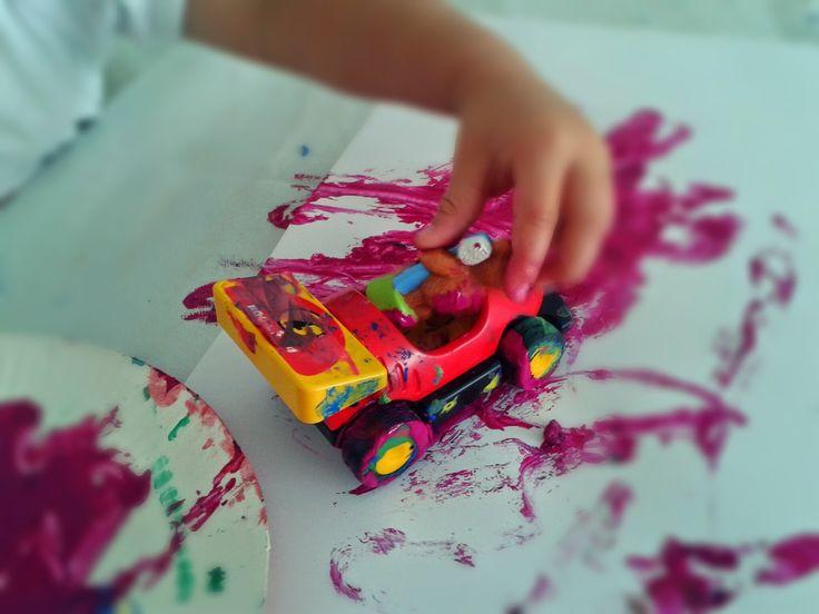 Malen mal anders :-)  Warum immer mit Pinsel? Spielzeug eignet sich doch mindestens genau so gut dazu und es macht fast noch mehr Spaß.