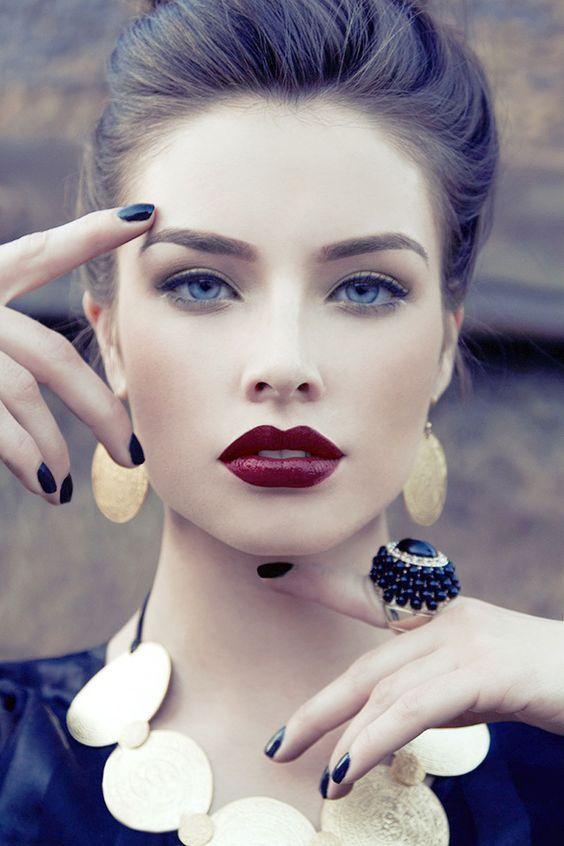 Αψεγάδιαστο δέρμα με σκούρο κραγιόν είναι η πιο hot τάση στο μακιγιάζ για το φετινό χειμώνα!