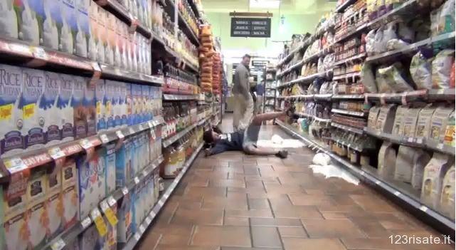 Pavimento scivoloso! Scherzo geniale di un gruppo di ragazzi inglesi. #prank #divertente #video divertenti #scherzi