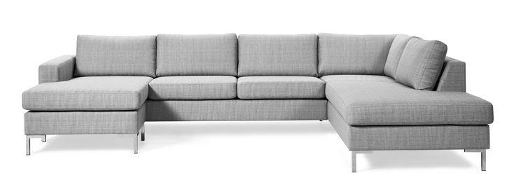Prisvärd och generös soffa med ett stilrent modernt uttryck. De höga benen ger en luftig känsla och underlättar vid städning.